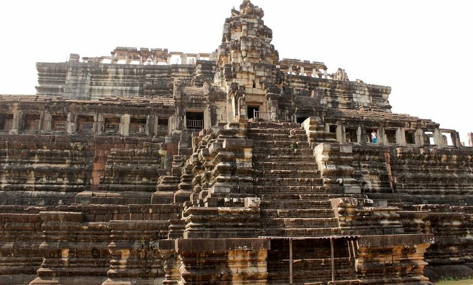 Depois de entrar em 2015 a festejar nas ruas de Banguecoque, no dia 1 de janeiro viajei para Siam Reap, no Cambodja. O objetivo era explorar as ruínas de Angkor Wat, Património Mundial da UNESCO e onde se esconde a fundação da arquitetura e civilização Khmer. Uma antiga cidade coberta de edifícios com esculturas retratando cenas da mitologia hindu.