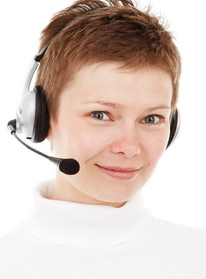 """A psicóloga trabalhou por diversas vezes com companhias de vendas ou apoio por telefone. Stokoe notou que muitas perguntam no início ao cliente """"Como é que soube do nosso serviço?"""", ao que se segue um silêncio. Outras, optam por, no final da conversa, perguntar """"Antes de desligarmos, importa-se de me dizer onde é que ouviu falar de nós?"""", geralmente obtendo uma resposta imediata. Isto mostra como o momento em que determinada pergunta é colocada, assim como as palavras escolhidas, fazem toda a diferença na obtenção de uma resposta."""