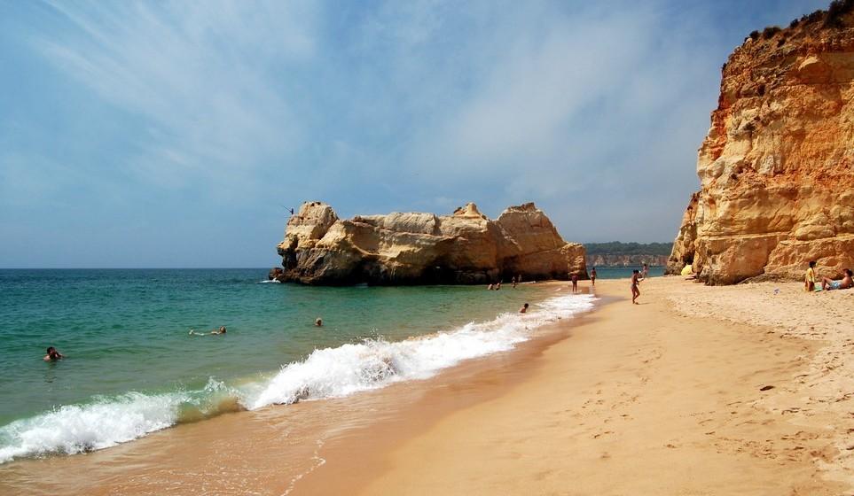 Praia da Rocha, Portimão. A temperatura média no verão é de 24ºC. A extensão da praia é de 1000 metros.