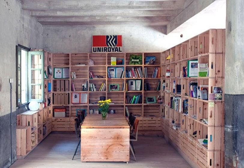 As caixas da fruta ou, se preferir, outro tipo de caixa, oferece a possibilidade de fazer a sua biblioteca crescer à velocidade que entender, podendo ir acrescentando mais caixas, quase como num jogo de puzzle. Pode ainda pintar algumas das caixas, fazendo um contraste de cores e criando dimensão.