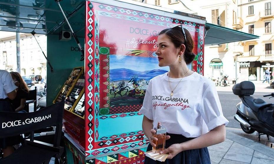 A marca mostra assim uma nova vertente da alta-costura que se está cada vez mais a virar-se para as ruas e para o cidadão comum. Recentemente, a Kenzo andou a promover os seus produtos num autocarro (Kenzo Fashion Bus) em novos mercados, como o Dubai.