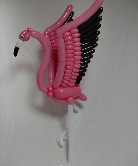 Seguindo a tendência da estação, o artista fez um flamingo.