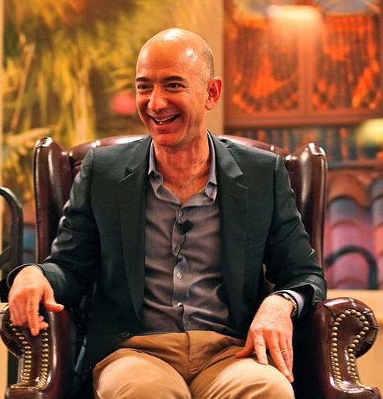 """Jeff e MacKenzie Bezos (36 biliões de euros): O casal conheceu-se quando MacKenzie trabalhava numa das empresas de Jeff e, dois anos depois, casaram e decidiram criar um negócio conjunto. Assim nasceu o site Amazon.com, um dos maiores sites de comércio online. A senhora Bezos é ainda uma escritora reconhecida. Recentemente o casal comprou o conhecido jornal americano """"The Washington Post""""."""