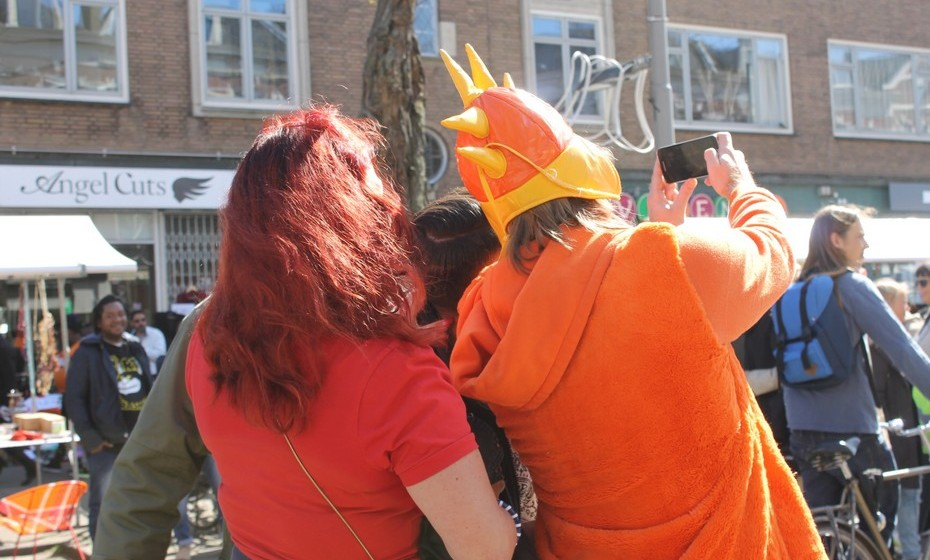 As barracas e a diversão estendem-se pelas ruas principais da cidade, colorindo as cidades de cor de laranja durante um dia do ano.