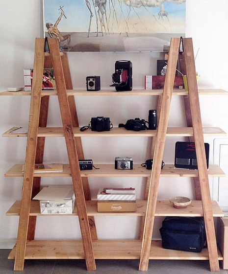Os escadotes são objetos relativamente baratos e, com algumas placas de madeira, tem um móvel novo com muito espaço para arrumação. Se quiser dar um toque de sofisticação, experimente pintar os escadotes de preto ou branco.
