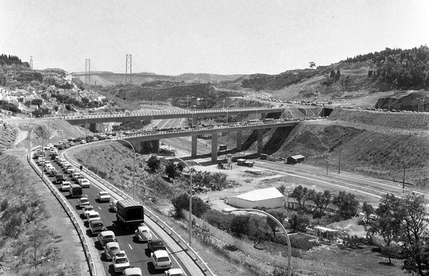 No ranking das pontes rodoferroviárias relativamente ao maior vão suspenso, a Ponte 25 de Abril ocupa a 1.ª posição na Europa e a 3.ª no Mundo.