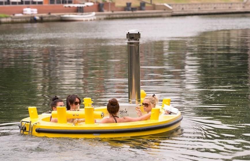 O barco tem uma cobertura de polifibra que garante durabilidade e resistência.