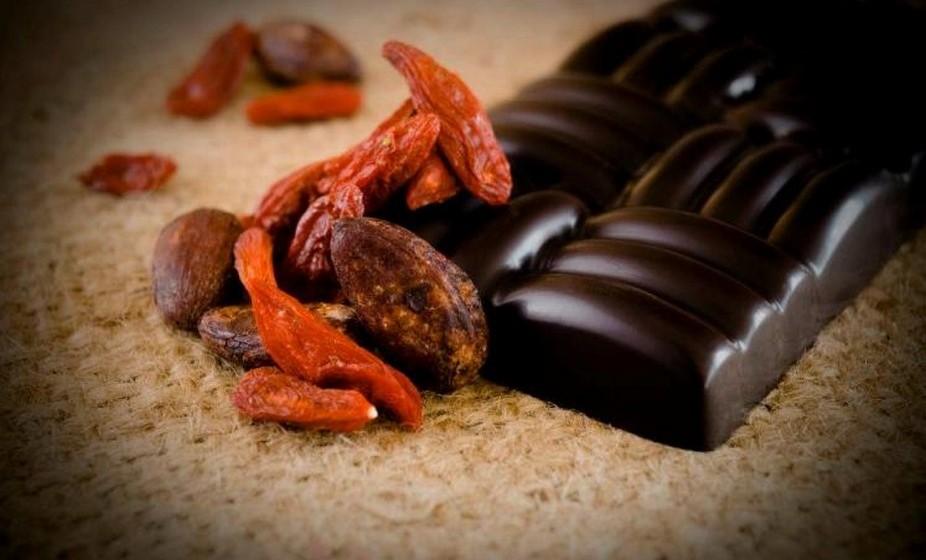 Aposte no chocolate preto, pois concentra uma quantidade surpreendente de fenólicos e antioxidantes que reforçam a imunidade e protegem o coração. Outro ponto positivo é o sabor intenso, que permanece por mais tempo na boca. Assim é mais fácil ficar saciado com a dose recomendada.
