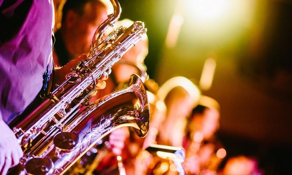 Encontro de música: É quase proibido deixar a estação quente passar sem ir a um festival de música, concerto ou outro encontro de música.  Certifique-se que escolhe um espetáculo adequado aos gostos musicais de todos os envolvidos.