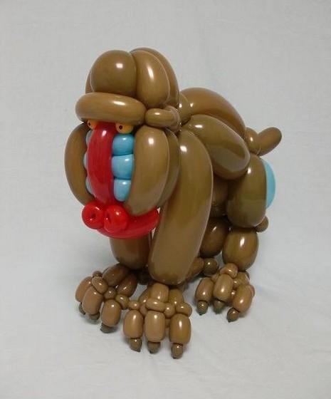 Matsumoto não usa adesivos, marcadores ou qualquer tipo de cola, mas apenas balões e hélio.
