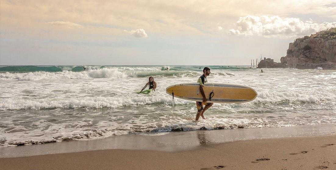 Desportos aquáticos: Se quer mesmo passar tempo na praia, onde o sol e o mar a deixam feliz, então junte o útil ao agradável e procure experimentar um desporto de verão que desconhece. Ainda a ajuda a ficar em forma!