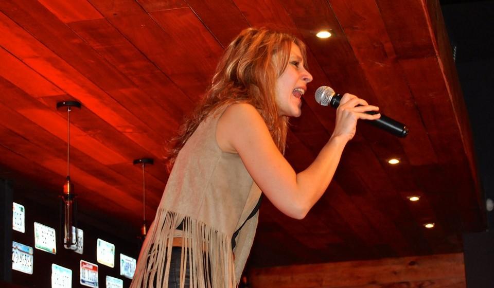 """Andreia Luz é a única cantora do grupo. Tímida e reservada, Luz confessa que no início """"foi difícil estar em palco sozinha, sabendo que todos estavam a olhar só para mim""""."""