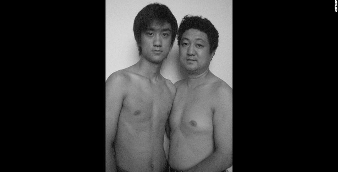 2005: Ainda assim, quando visitava a família nos verões, o jovem mantinha o ritual, tirando a foto com o pai.