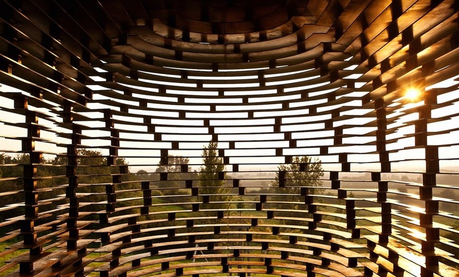 O edifício tem dez metros de altura e 100 camadas horizontais de aço, que correspondem a 30 toneladas, e 2000 colunas de metal, colocadas numa fundação de betão.