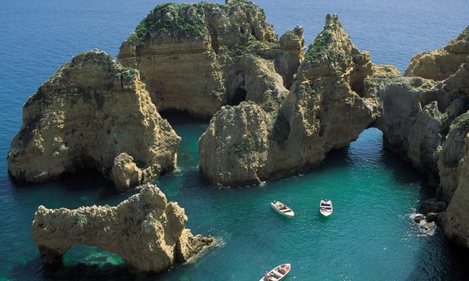 O artigo explica: «Com a sua história rica e gastronomia deliciosa, há muito para amar em Portugal. Mas os quilómetros de costa deslumbrante e o clima mediterrâneo fazem das praias portuguesas algumas das melhores da Europa».