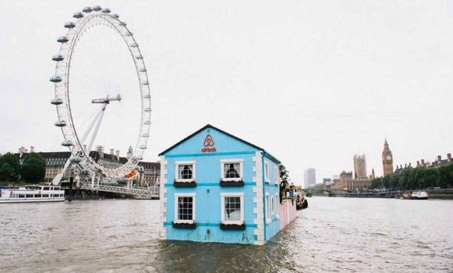 """A casa não só oferece uma vista fabulosa de Londres, a partir do seu rio, como mantém uma ligação à arquitetura tradicional inglesa, com inspiração nas casas pitorescas de Primrose Hill e Hampstead e na casa do filme de animação da Pixar """"Up, Altamente!""""."""
