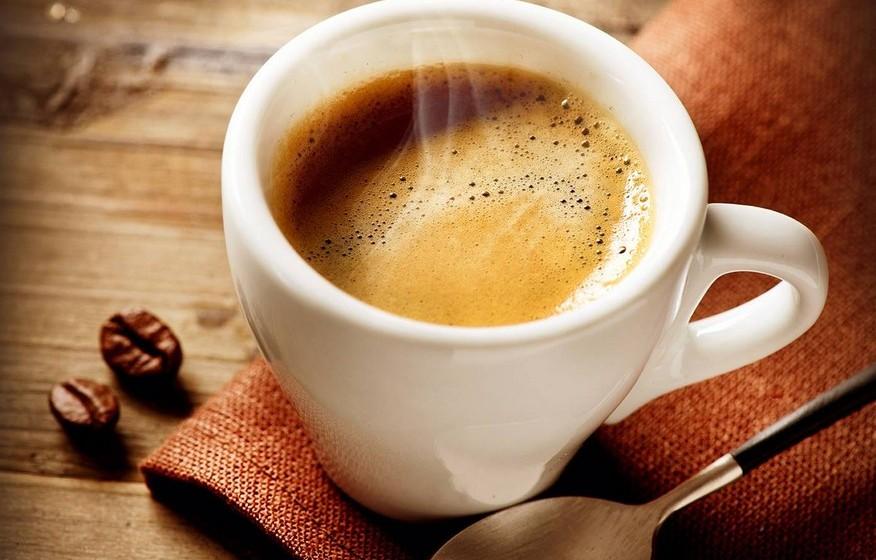 O café contém níveis elevados de micotoxinas. Falso. Estas substâncias químicas tóxicas produzidas por fungos estão presentes em todo o tipo de alimentos. Estudos têm mostrado que beber quatro cafés por dia só as eleva mais dois por cento, existindo uma grande margem de segurança ainda.