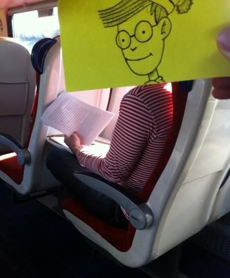 O ilustrador conjuga as roupas dos passageiros com as das personagens. Todos conhecemos a famosa camisola de riscas que o Wally sempre usa.