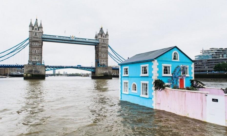 Os irmãos Steve e Nick Tidball, da agência de publicidade TBWA, são os responsáveis pelo design da casa flutuante que veio colorir o rio Tamisa. Os designers foram foram contactados pela Airbnb no sentido de criarem um alojamento que permitisse aos visitantes verem Londres de uma forma diferente.