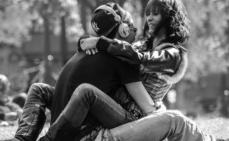 Concorda com tudo o que o outro diz. Sabemos que, habitualmente, não concordamos sempre com os nossos interlocutores. Mas a paixão tolda-nos o espírito e uma das formas de mostrar empatia e disponibilidade é estar em sintonia com o nosso objeto de paixão. Já concordou que o queijo é a melhor invenção do homem, quando nem lhe pode sentir o cheiro? Ou que os Rolling Stones são a melhor banda de sempre? É por aí…