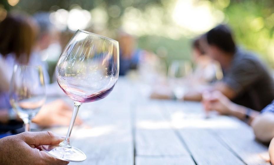 Capricórnio: Um copo de vinho Bordeaux é um clássico e, por isso, perfeito para quem aprecia consistência, tradição e garantia de qualidade. Apresente esta garrafa a um nativo de Capricórnio e garanta um momento bem passado.