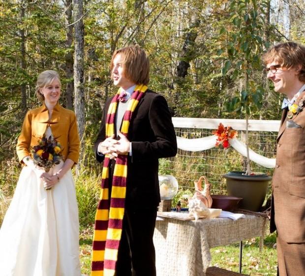 Spectra e Sawyer são ambos fãs do feiticeiro Harry Potter e, como tal, decidiram usar a história como inspiração para o seu casamento. Apesar de ser grande o risco da festa do casamento parecer uma festa para crianças, o desafio parece ter sido bem sucedido. (Foto: Geoff White Photographers)