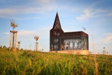 """Dois arquitetos belgas desenvolveram uma igreja transparente, que batizaram com o nome """"Ler Nas Entrelinhas"""", na sequência de um projeto de arte. E hoje é uma atração turística."""