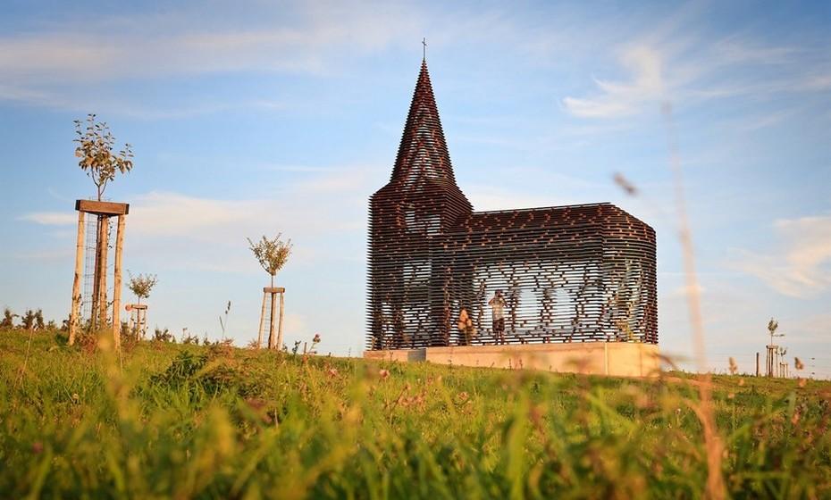 """Dois arquitetos belgas desenvolveram uma igreja transparente, que batizaram com o nome """"Ler Nas Entrelinhas"""", na sequência de um projeto de arte"""