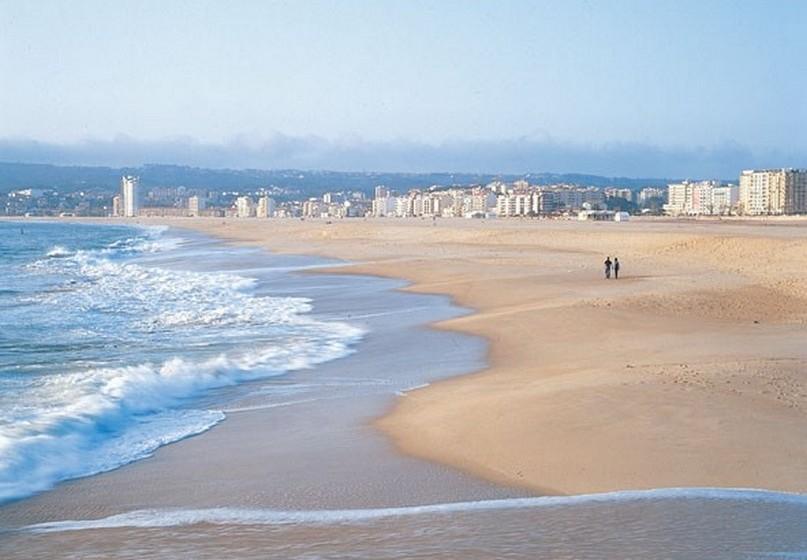 Praia do Relógio, Figueira da Foz. A temperatura média no verão é de 19ºC e a da água 19ºC.A extensão da praia é de 400 metros.