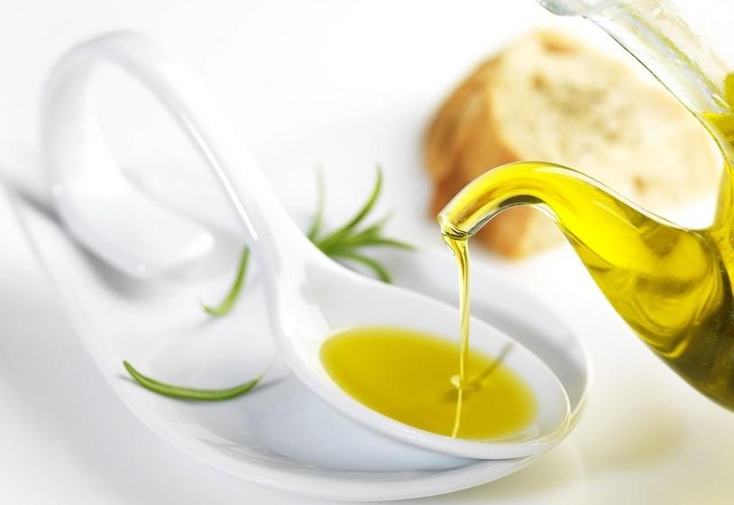 Cozinhar com azeite faz mal. Falso. O azeite extra virgem é a gordura mais saudável que existe, dizem os nutricionistas do Authority Nutrition. Está recheado de antioxidantes e gorduras mono saturadas indicadas para uma boa saúde cardíaca. Muitos pensam que o calor transforma estes componentes benéficos em maléficos. É verdade que as gorduras são sensíveis ao calor, mas isso acontece sobretudo com gorduras polinsaturadas, como os óleos de soja ou de milho. Há até bastantes estudos que confirmam que o azeite mantém as suas propriedades nutricionais mesmo exposto ao calor.