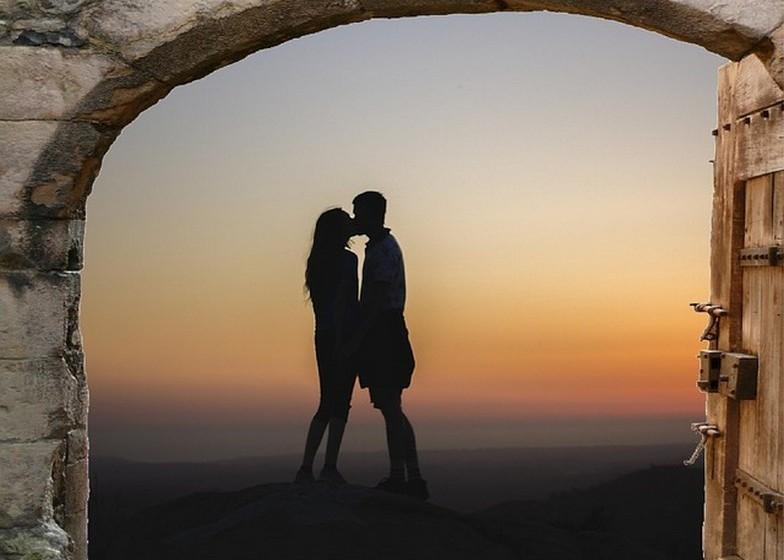 Demasiado ligados: É natural que os elementos de um casal sintam uma ligação. No entanto, há um tipo de ligação com o nome Ansiedade-Preocupação que, regra geral, leva a uma relação destrutiva e a um final infeliz. A pessoa que desenvolve este tipo de ligação quer estar sempre junto do companheiro e sente-se infeliz e insegura quando está sozinha. Como tal, acaba por desenvolver emoções negativas e por exigir muita atenção. A outra pessoa pode sentir-se amada no início mas, com o tempo, vai sentir-se sufocada com tanta carência e possessão.