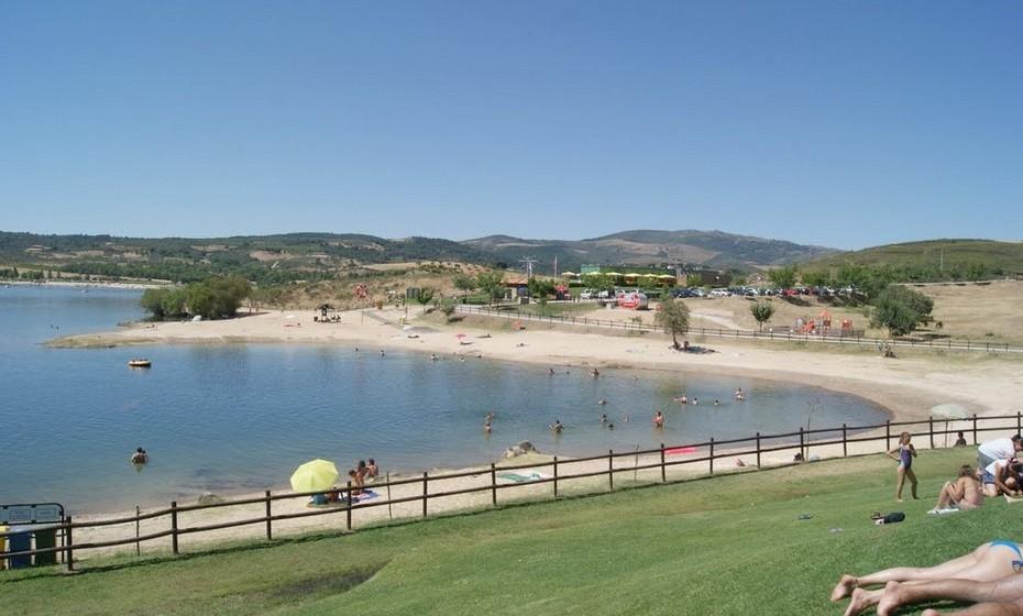 Praia Fraga da Pegada, Macedo de Cavaleiros. A temperatura média no verão é de 22ºC e a da água 24ºC.A extensão da praia é de 1600 metros.