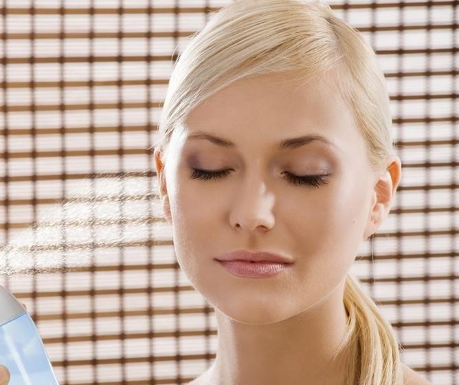 Pulverizar o rosto com uma água termal ajuda a que maquilhagem fique mais natural e menos visível.