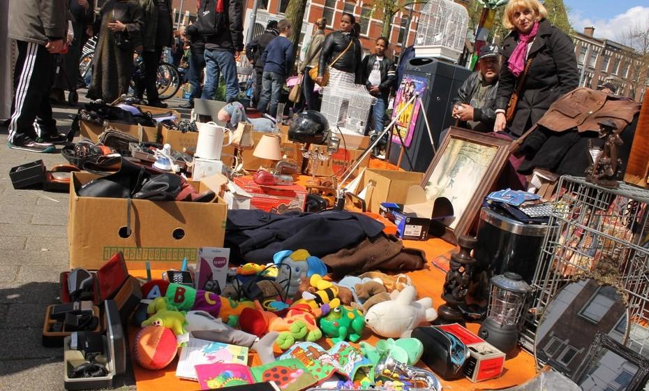 Os mercados de rua são uma espécie de feira da ladra, onde é possível encontrar todo o tipo de artigos. A maior parte das pessoas guarda objetos que já não quer durante o ano para vender neste dia. O que não é vendido, acaba muitas vezes no lixo no final do dia.