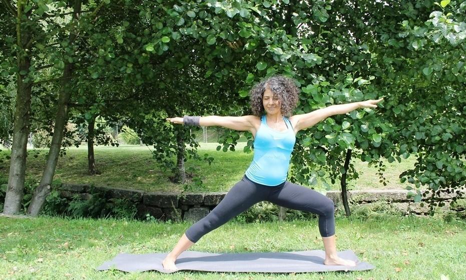 Virabhadrásana B ou Guerreiro II: Os músculos das pernas são modelados e reforçados. Alivia cãibras das pernas e tonifica os órgãos abdominais.