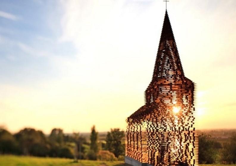 Os arquitetos belgas Pieterjan Gijs e Arnout Van Vaerenbergh do estúdio Gijs Van Vaerenbergh desenharam esta igreja transparente que foi construída em 2011 na zona rural de Limburg.