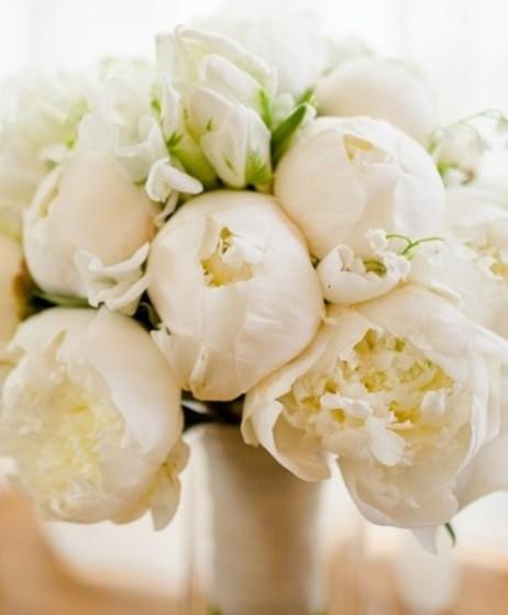 Se não gosta de contrastes e prefere a tranquilidade do branco, tendo optado por uma decoração minimalista e essencialmente branca, então jogue com as texturas das flores. Por exemplo, as peónias, cheias e com camadas, fazem um arranjo muito bonito e que, ainda assim, se destaca num ambiente branco.