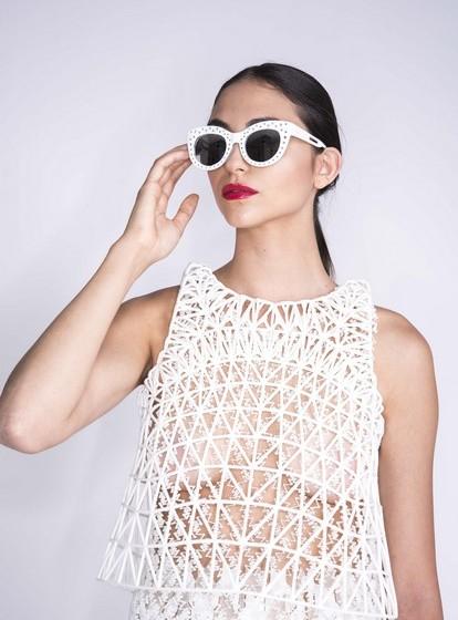 Depois de descobrir o material certo, a designer começou a explorar novos padrões, com os quais conseguiu criar o efeito de renda.
