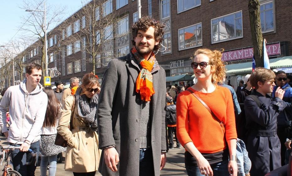 A maioria dos holandeses veste cor de laranja ou, pelo menos, um acessório desta cor, que se tornou símbolo da Holanda pelo facto de a Família Real ter o título de Casa de Orange-Nassau.