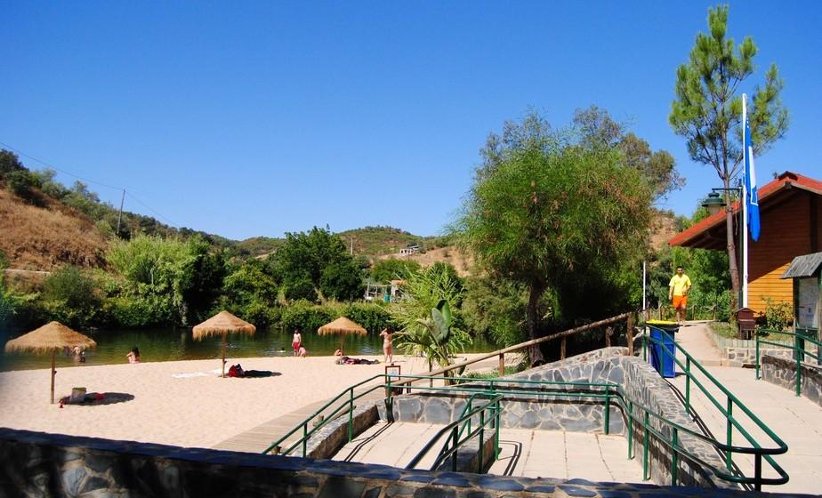 É uma praia vigiada durante toda a época balnear, estando também equipada com um posto de primeiros socorros.