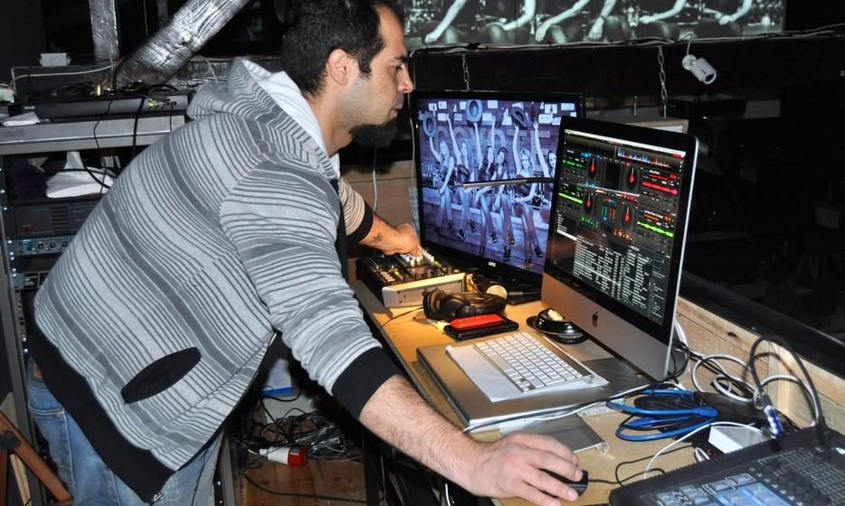 João Caldeira é o DJ residente, que fora das atuações das meninas põe música dos anos 60, 70, 80 e 90.