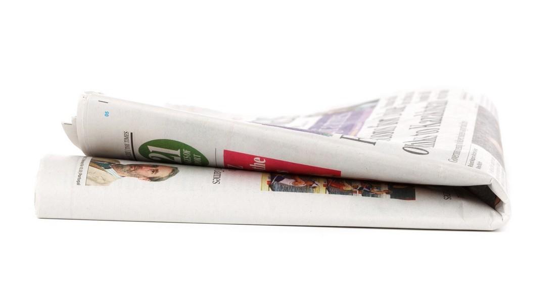Se a sua namorada gosta particularmente de ler jornais ou revistas, compre um anúncio de uma página e mande imprimir o pedido. Pode ainda usar uma estação de rádio para fazer o pedido.