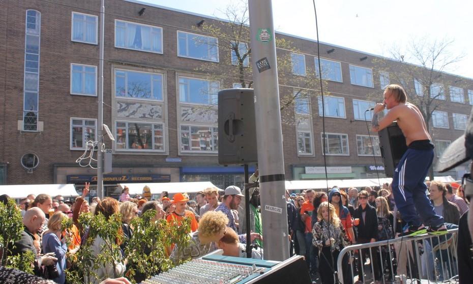 Pela rua, alguns dos bares mais populares têm músicos a atuar ao vivo à porta, acumulando uma multidão de pessoas.