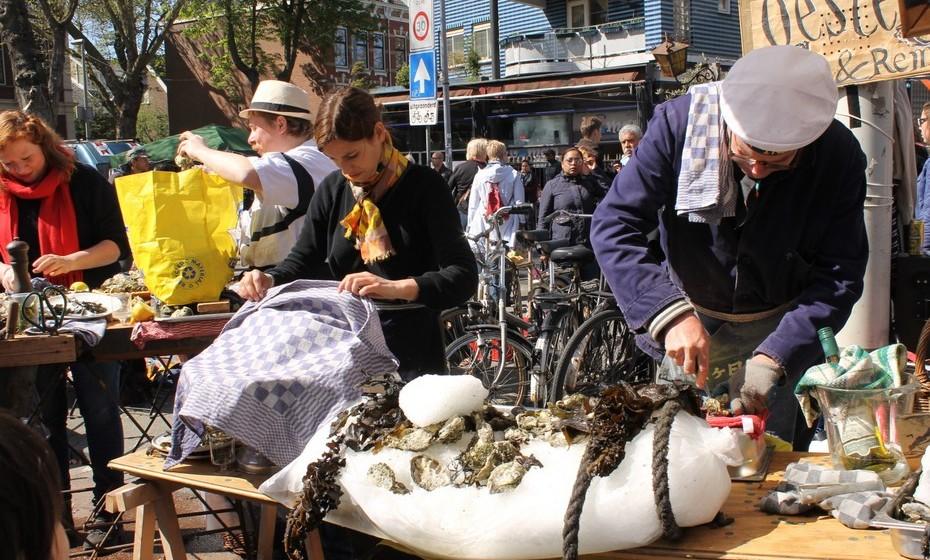 Pelas ruas, encontramos todo o tipo de comida e bebida, desde cachorros quentes a ostras.