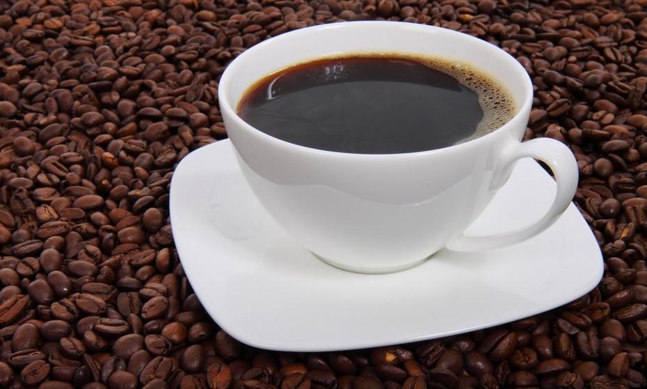 Americano: O café americano é feito adicionando água quente ao café espresso extraído,  dando uma força semelhante, mas sabor diferente, do café expresso. Dependendo do tamanho, pode levar um ou mais cafés espressos, variando assim a sua intensidade. Neste café, e ao contrário do café de saco, a água não fica a passar pelo pó de café até encher a caneca.
