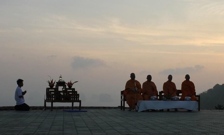 Do norte para uma das pequenas ilhas do sul da Tailândia para um retiro de yoga e meditação. Durante duas semanas segui o estilo de vida dos monges budistas fazendo duas refeições ao dia (a última antes do meio-dia), meditando quatro vezes por dia e mantendo-me afastada de distrações como livros ou qualquer tipo de tecnologia.