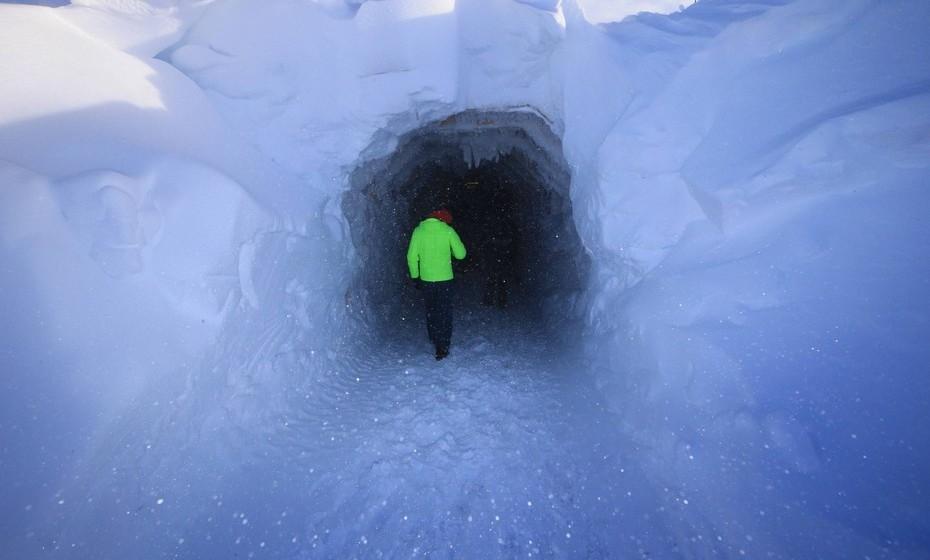 Esta é a primeira grande caverna com várias salas escavadas num glaciar alguma vez feita pelo homem, segundo a organização, que permite a todos poderem entrar num glaciar. Este glaciar tem cerca de 1450 metros de altura acima do mar e 580 abaixo do nível do mar.