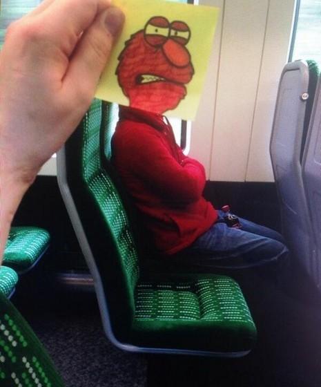 Quantas vezes damos por nós a olhar para o vazio durante as viagens de metro? O artista inglês October Jones, cujo verdadeiro nome é Joe Butcher, encontrou uma forma mais criativa de passar o tempo. O ilustrador desenha cabeças de personagens em pequenos pedaços de papel, transformando os passageiros.