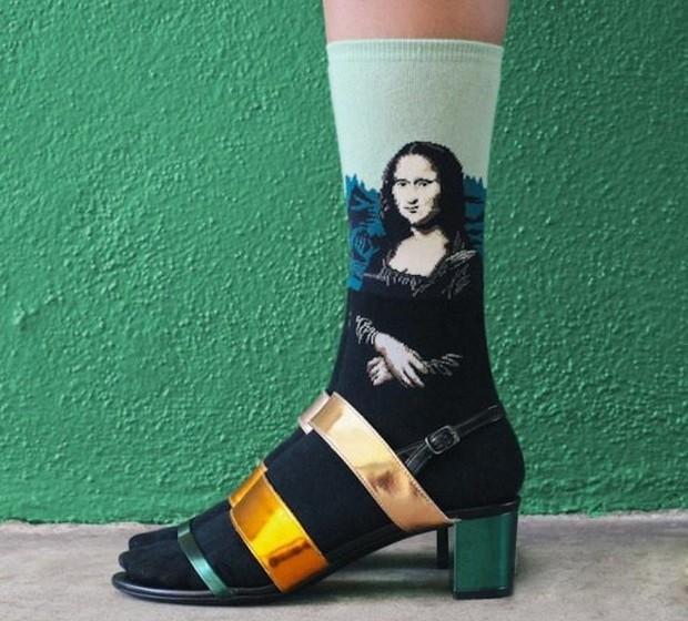 """A designer Kate Brien, em parceria com a marca The Sock Drawer, apresenta uma coleção de meias criadas a partir da reprodução de seis obras de artes famosas como """"Mona Lisa"""", de Leonardo Da Vinci"""