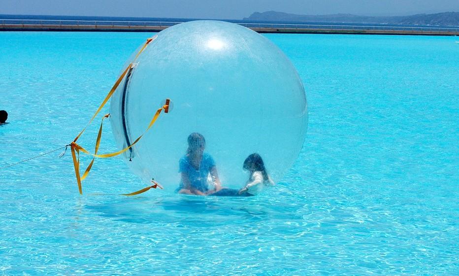 A água da piscina é também aquecida a uma temperatura tépida, para que os mergulhos sejam confortáveis.